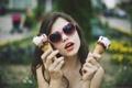 Картинка девушка, брюнетка, очки, мороженое