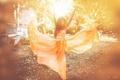 Картинка девушка, солнце, полет, оранжевый, природа, платье