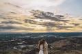 Картинка небо, облака, лучи, город, влюбленные, двое, невеста