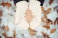 Картинка зима, снег, листок, руки, белые, варежки, вязка