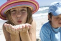 Картинка мальчик, 1920x1200, boy, girl, sand, песок, hat