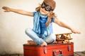 Картинка пилот, самолёт, улыбка, чемодан, игра, девочка
