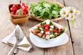 Картинка ромашки, клубника, вилка, салфетка, салат, грецкий орех, брынза
