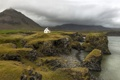 Картинка скалы, Исландия, дом, гроза, серые облака, горы, пальто