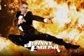 Картинка пистолет, пламя, прыжок, Rowan Atkinson, смокинг, Роуэн Аткинсон, джонни инглиш перезагрузка