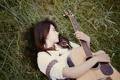 Картинка трава, девушка, лежит, гитарa