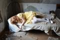 Картинка девушка, комната, кровать
