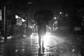 Картинка свет, зонтик, дождь, улица, фары, человек, силуэт