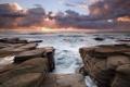 Картинка закат, камни, камни в воде, солнце, лучи солнца, облака, вода