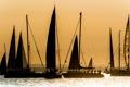 Картинка небо, закат, озеро, люди, яхта, парус, блик