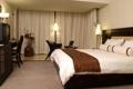 Картинка цветок, кресло, подушки, телевизор, постель, тарелки, ваза
