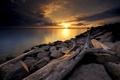 Картинка небо, закат, тучи, озеро, камни, берег, коряга