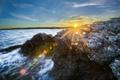 Картинка камни, берег, блики, солнце, лучи, море
