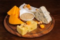 Картинка сыр, доска, орехи