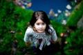 Картинка зелень, взгляд, природа, волосы, ребенок, размытость, платье