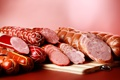 Картинка разрез, мясо, много, колбаса, вкусная, на столе, нарезка