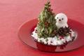 Картинка елка, тарелка, снеговик, шишка, красный фон