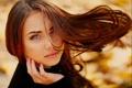 Картинка осень, взгляд, девушка, природа, парк, ветер, волосы