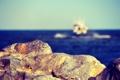 Картинка море, небо, лодка, камень, горизонт, боке