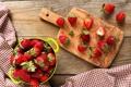 Картинка ягоды, клубника, чашка, доска, скатерть