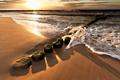 Картинка песок, море, волны, пляж, столбы