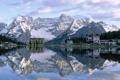 Картинка горы, город, отражение, дома, городок, снег. озеро
