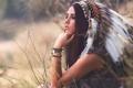 Картинка девушка, лицо, фон, перья, раскрас, головной убор
