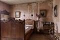 Картинка комната, кровать, портреты