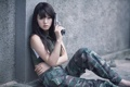 Картинка девушка, оружие, стена, брюнетка, камуфляж, азиатка, сижит
