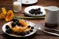 Картинка цветы, ягоды, завтрак, молоко, черника, мед, тарелки