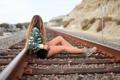 Картинка девушка, рельсы, ножки, сидит