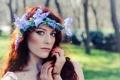 Картинка девушка, цветы, макияж, рыжая, венок, взляд