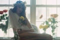 Картинка девушка, розы, окно
