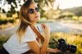 Картинка девушка, очки, фотоаппарат