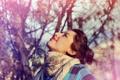 Картинка взгляд, девушка, деревья, природа, волосы, макияж, шарф