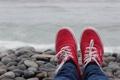 Картинка красные, шнурки, кеды, обувь, камни