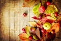 Картинка осень, яблоки, доски, зеленые, красные, листики