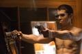 Картинка Toby Kebbell, очки, пистолеты, актёр, фильм, фон, Johnny Quid