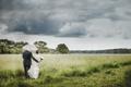 Картинка небо, трава, тучи, зонт, влюбленные, двое, невеста