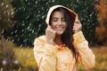 Картинка девушка, улыбка, дождь, капюшон, мокрые волосы