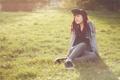 Картинка трава, Девушка, пирсинг, кепка, girl