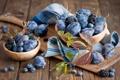 Картинка посуда, сливы, виноградные, фрукты, ягоды, листья, черника