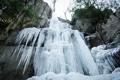 Картинка холод, зелень, деревья, скалы, водопад, сосульки, замерзший