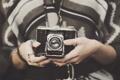 Картинка кольца, руки, фотоаппарат, объектив, пальцы