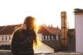 Картинка крыша, девушка, солнце, волосы