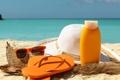 Картинка песок, море, пляж, лето, отдых, шляпа, очки