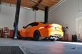 Картинка оранжевый, отражение, bmw, бмв, мастерская, вид сзади, orange