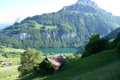Картинка пейзаж, трава, небо, домик, озеро, забор, деревья