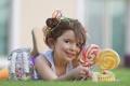 Картинка трава, ребенок, конфеты, девочка, лежит