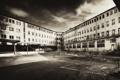 Картинка фото, фон, обои, здание, чёрно-белое, площадка, заброшенное